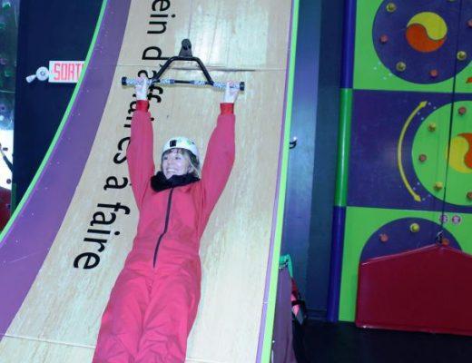 Lisa qui s'amuse au Clip 'n Climb de Laval